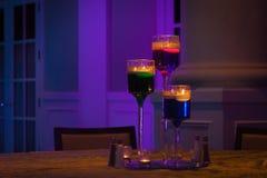 Romantische Kerzen an der Hochzeitstafel Stockfotos
