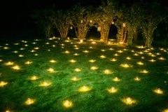 Romantische Kerzendekoration auf dem Sommergras Lizenzfreies Stockbild