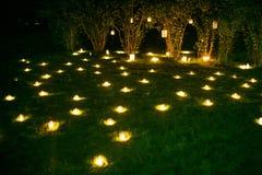 Romantische Kerzendekoration auf dem Sommergras Stockfoto