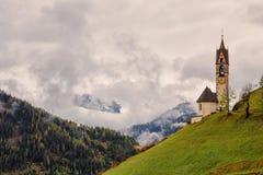 Romantische Kirche im Nebel Lizenzfreie Stockbilder