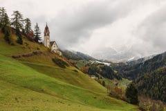 Romantische Kirche im Nebel Stockbilder