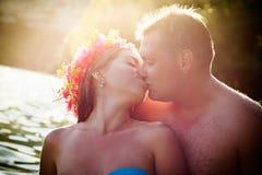 Romantische kus aan het overzees Stock Fotografie