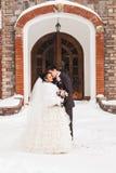 Romantische kus gelukkige bruid en bruidegom op de dag van het de winterhuwelijk Stock Foto