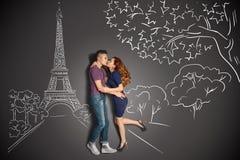 Romantische kus in Parijs Stock Afbeelding