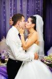 Romantische Kussbraut und -bräutigam Stockfoto