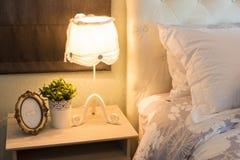Romantische Lampe am Bett Stockfotografie