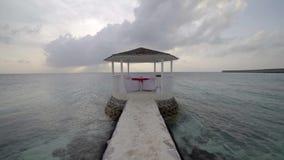 Romantische Landschaft in Meer, privater Bungalow mit Weinglas auf Tabelle stock footage