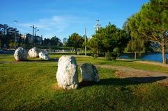 Romantische Landschaft mit Felsen, Wiese, Kiefer entlang Wegweise Stockfoto