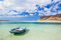 Romantische Landschaft mit kleinem hölzernem Ruderboot Stockfoto