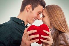 Romantische Liebe, zwei Leute in der Liebe, die einander betrachtet Stockfotografie
