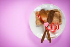 Romantische Liebesnahrung des Valentinsgrußabendessens und Liebe, die das romantische Gedeck des Konzeptes verziert mit hölzernem lizenzfreies stockbild