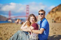 Romantische liebevolle Paare, die ein Datum am Bäckerstrand in San Francisco haben Lizenzfreie Stockfotografie