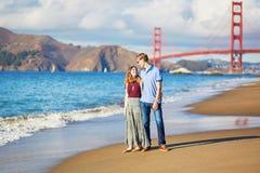 Romantische liebevolle Paare, die ein Datum am Bäckerstrand in San Francisco haben Lizenzfreie Stockfotos