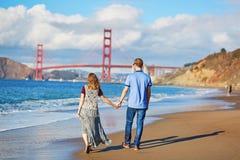 Romantische liebevolle Paare, die ein Datum am Bäckerstrand in San Francisco haben Stockfotos