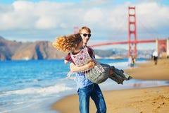 Romantische liebevolle Paare, die ein Datum am Bäckerstrand in San Francisco haben Stockfotografie