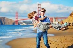 Romantische liebevolle Paare, die ein Datum am Bäckerstrand in San Francisco haben Stockbilder