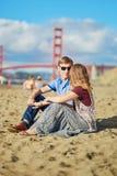 Romantische liebevolle Paare, die ein Datum am Bäckerstrand in San Francisco haben Lizenzfreies Stockbild