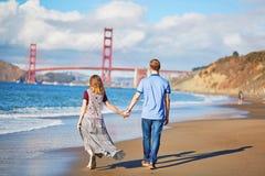 Romantische liebevolle Paare, die ein Datum am Bäckerstrand in San Francisco haben Stockbild