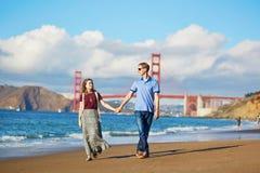 Romantische liebevolle Paare, die ein Datum am Bäckerstrand in San Francisco haben Lizenzfreies Stockfoto