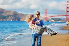 Romantische liebevolle Paare, die ein Datum am Bäckerstrand in San Francisco haben Lizenzfreie Stockbilder