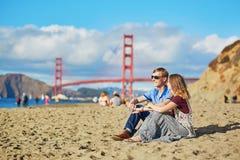 Romantische liebevolle Paare, die ein Datum am Bäckerstrand in San Francisco haben Stockfoto