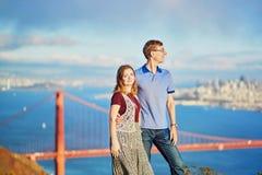 Romantische liebevolle Paare, die ein Datum in San Francisco haben Lizenzfreie Stockfotos