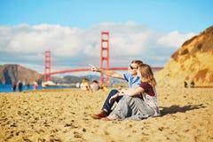 Romantische liebevolle Paare, die ein Datum in San Francisco, Kalifornien, USA haben Lizenzfreie Stockbilder