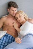 Romantische Liebhaber auf Bett-Mode-Trieb Stockfoto