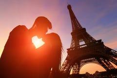 Romantische Liebhaber mit Eiffelturm lizenzfreie stockfotos