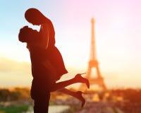 Romantische Liebhaber mit Eiffelturm Stockfotos