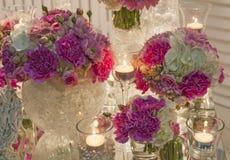 Romantische lijst die met bloemen en kaarsen plaatsen Stock Afbeeldingen