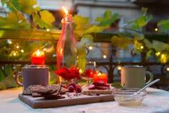 Romantische lijst met kaarsen, chocolade en vruchten Royalty-vrije Stock Foto's