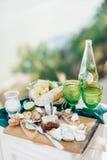 Romantische lunch met twee groene glazen Stock Foto