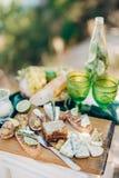 Romantische lunch met twee groene glazen Stock Afbeelding