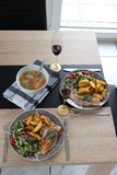 Romantische lunch voor twee met inbegrip van soep en hoofdgerecht stock fotografie