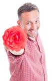 Romantische mannelijke aanbiedende bloem Royalty-vrije Stock Afbeelding