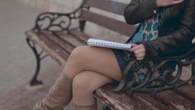 Romantische meisjeszitting op een bank en tekeningspaar stock videobeelden