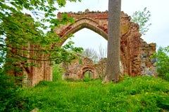 romantische mening van middeleeuwse ruïne van christelijke kerk Stock Foto's