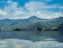 Romantische mening van mooi blauw watermeer op de horizon stock foto
