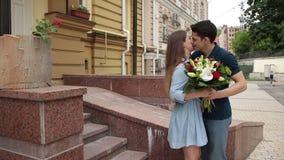 Romantische mens die bloemen geven aan zijn meisje stock video