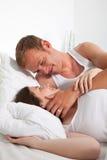 Romantische Middenleeftijd het Liggen Minnaars op Bed Stock Foto's