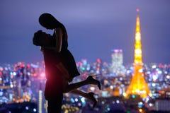 Romantische minnaars met de toren van Tokyo stock afbeelding