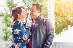 Romantische Mischrasse-kaukasische Frau und hispanischer Mann stockfotos