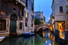 Romantische Nachtansicht eines Kanals, Venedig, Italien Stockfoto