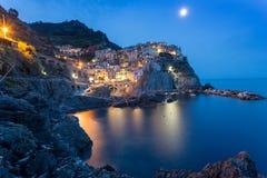 Romantische nachtmening van kleurrijk dorp Manarola in Cinque Terre National Park, Italië Stock Fotografie