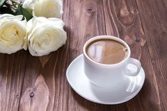 Romantische ochtend Koffiekop en drie witte rozen op de houten lijst Romantisch luxeontbijt Royalty-vrije Stock Fotografie