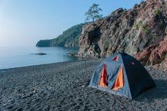 Romantische ontsnapping in een tent op een leeg strand vanaf grote hotels stock afbeeldingen