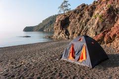 Romantische ontsnapping in een tent op een leeg strand vanaf grote hotels royalty-vrije stock foto's