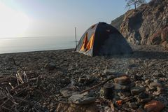 Romantische ontsnapping in een tent op een leeg strand vanaf grote hotels royalty-vrije stock foto