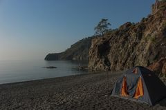 Romantische ontsnapping in een tent op een leeg strand vanaf grote hotels stock foto